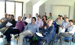 platea di sindaci e amministratori all'incontro con la commissione città metropolitana