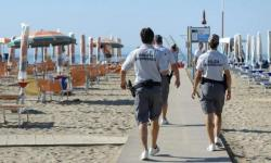 pattuglia di polizia provinciale impegnata nel controllo delle spiagge