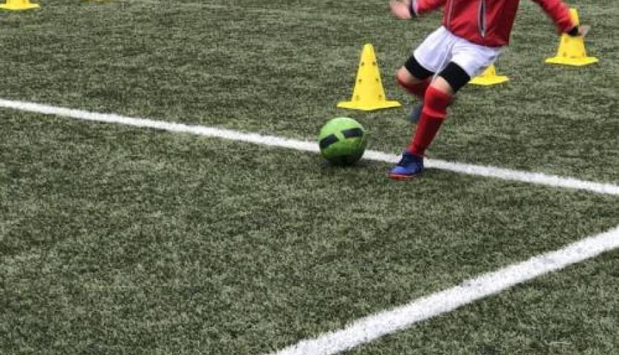 un baby calciatore